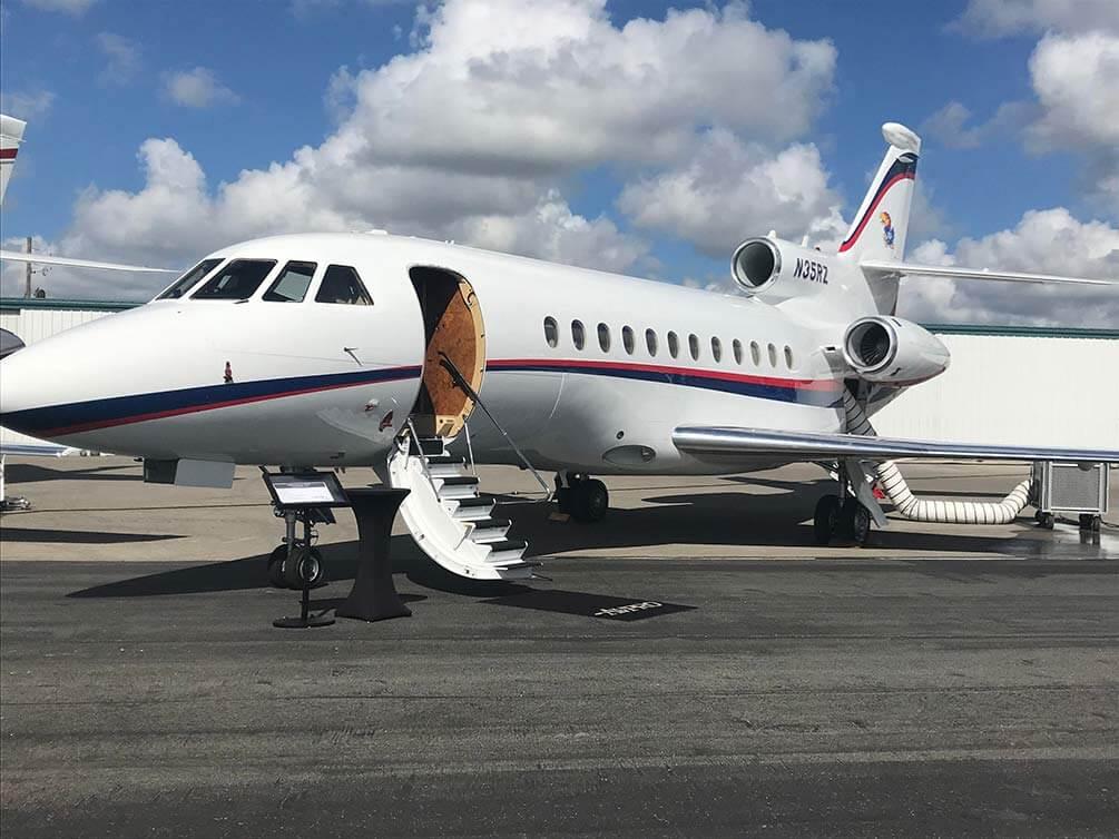 Business Jet auf der Landebahn